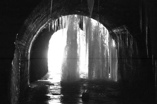 La glace dans un tunnel de l'ancienne route 1968